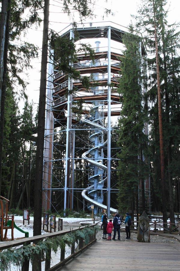 Touristes devant la tour de la surveillance de Lipno d'arbres de traînée photos libres de droits