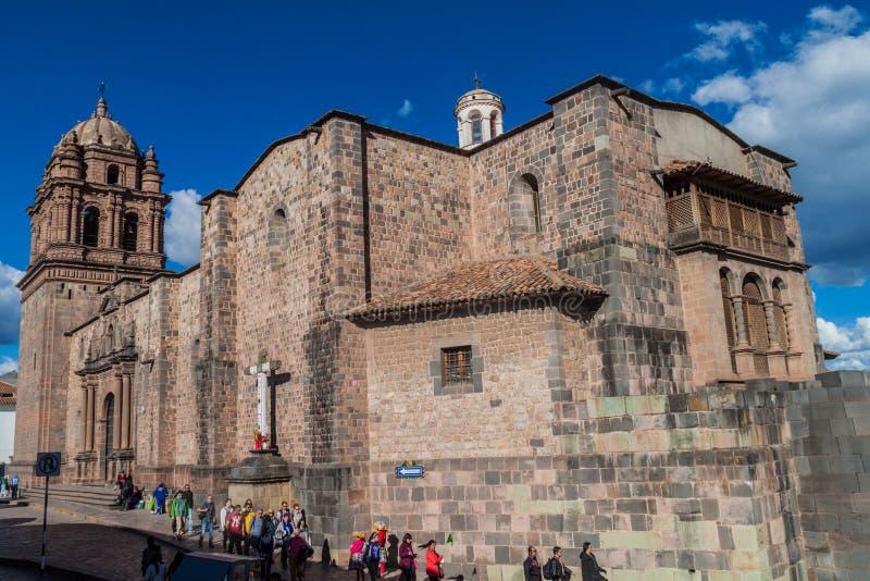 Touristes devant le couvent Santo Domingo dans Cuzco photographie stock
