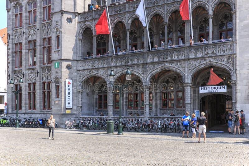 Touristes devant le musée de Historium dans la place du marché de Bruges images stock