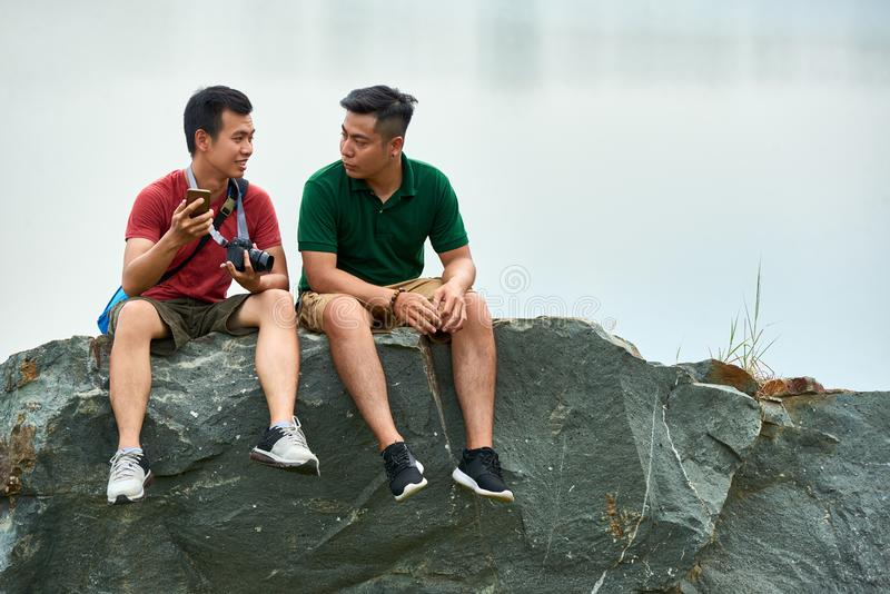 Touristes discutant le voyage photos stock