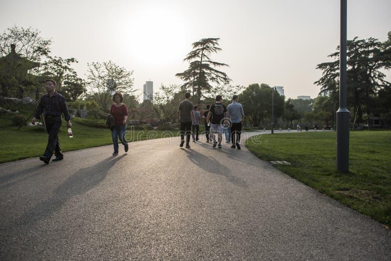Touristes en parc de lac Xuanwu photographie stock libre de droits