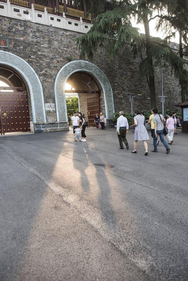 Touristes en parc de lac Xuanwu photo stock