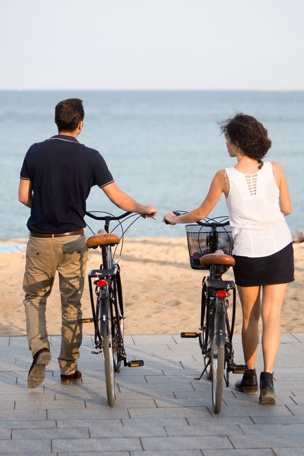 Touristes en quelques vacances de plage images stock