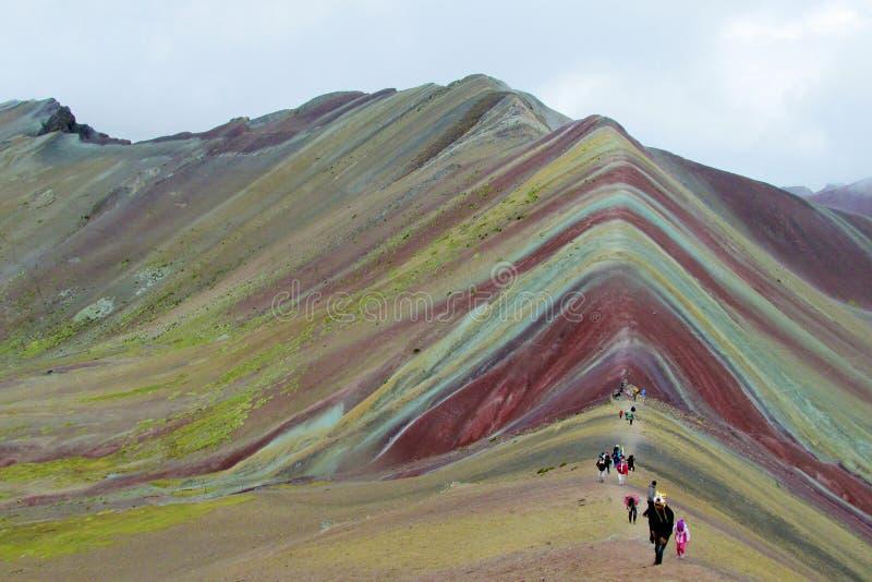 Touristes en vallée de Siete Colores près de Cuzco photo stock