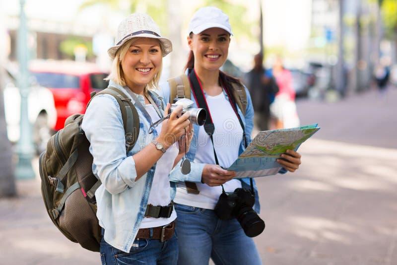 Touristes en ville images stock