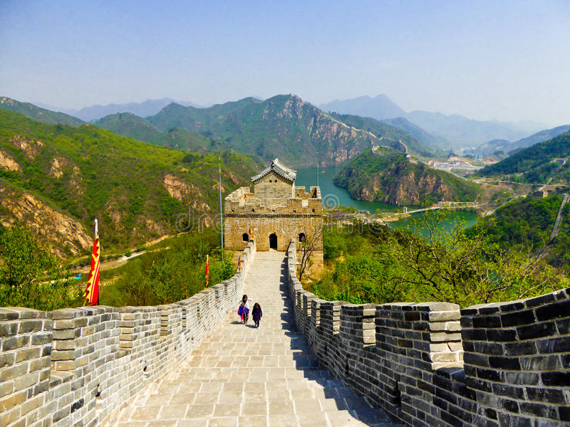 Touristes escaladant la Grande Muraille de Huanghuacheng photo stock