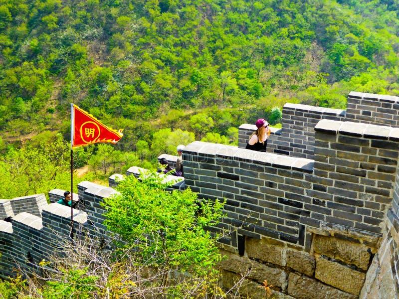 Touristes escaladant la Grande Muraille de Huanghuacheng photographie stock