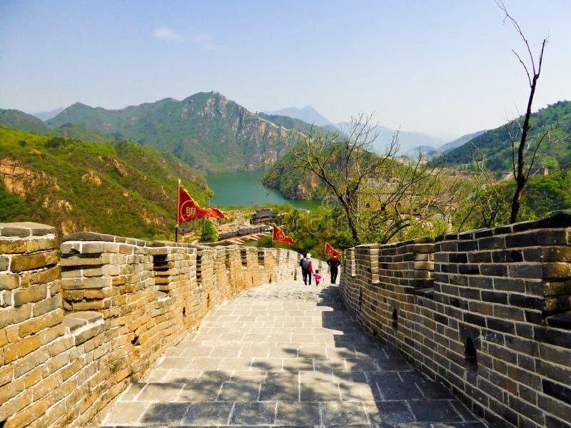 Touristes escaladant la Grande Muraille de Huanghuacheng photographie stock libre de droits