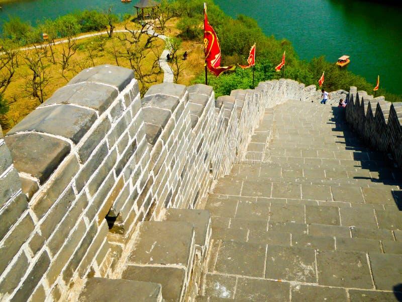 Touristes escaladant la Grande Muraille de Huanghuacheng image stock