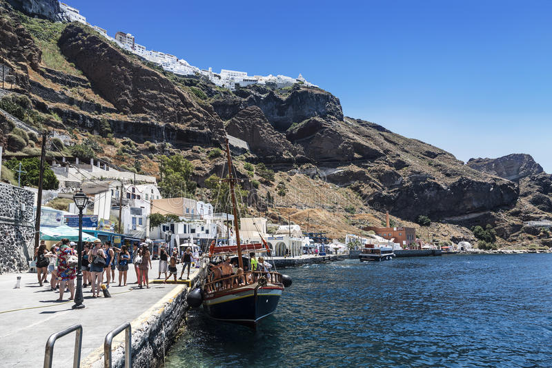Touristes et bateau de touristes dans le vieux port dans Fira, Santorini images stock