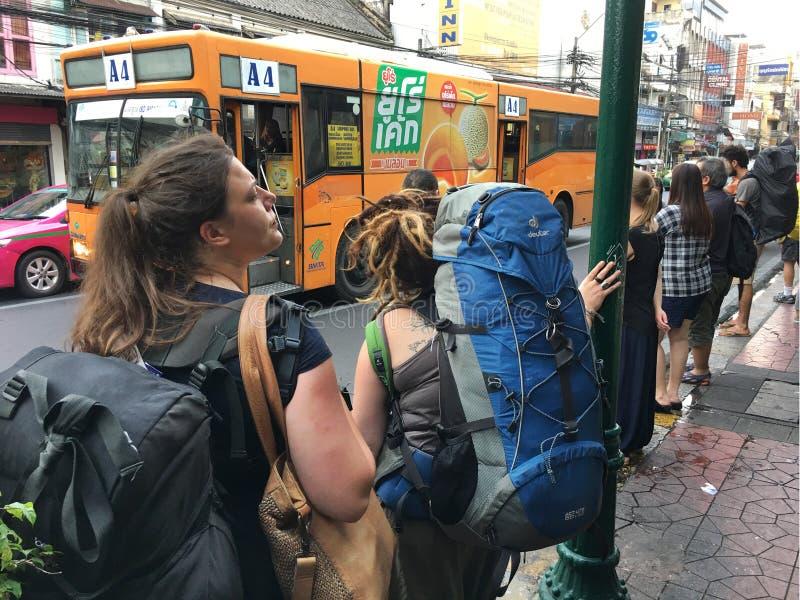 Touristes et gens du pays à l'arrêt d'autobus à Bangkok photos stock