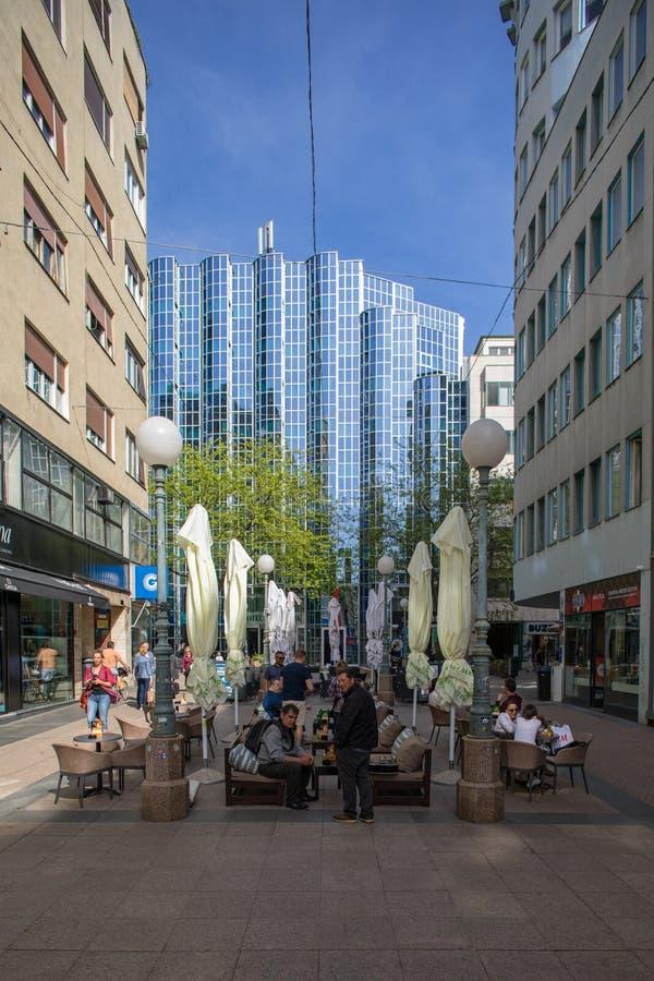 Touristes et gens du pays ? la rue de Bogoviceva ? Zagreb, Croatie photographie stock libre de droits