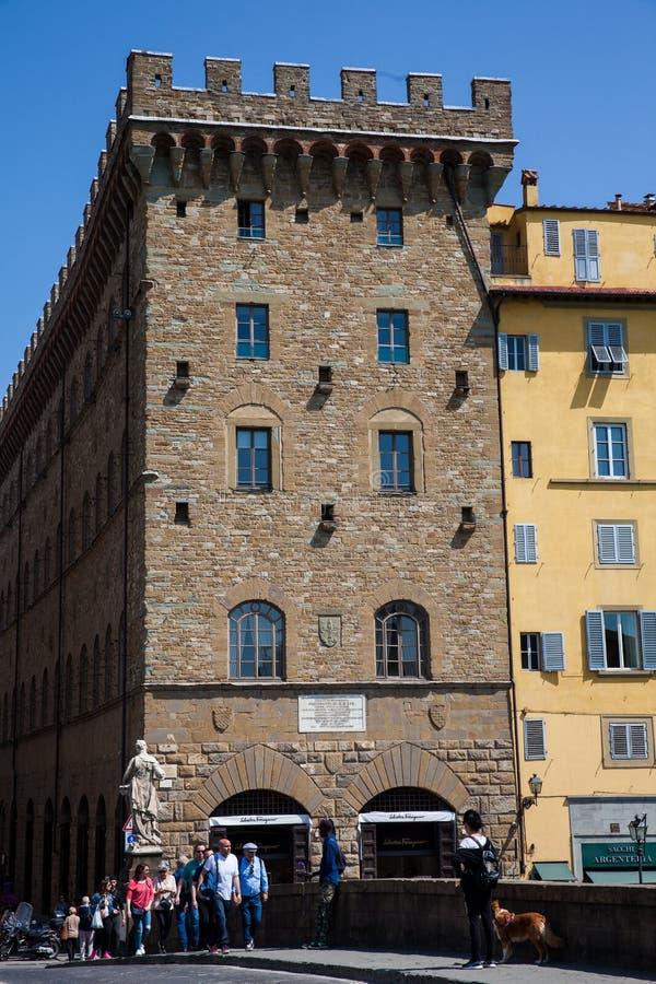Touristes et gens du pays croisant le pont historique de trinité de saint à Florence image libre de droits