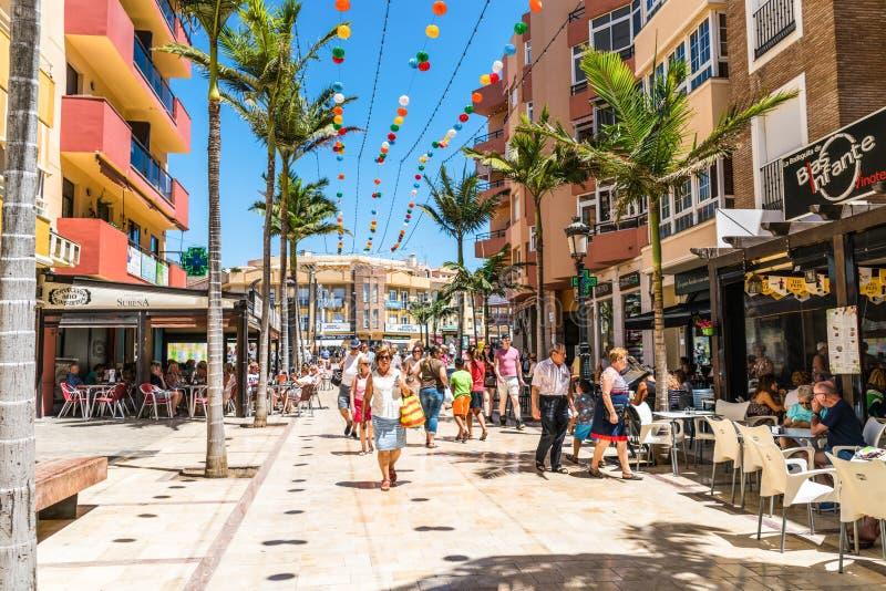 Touristes et gens du pays faisant des emplettes au poids du commerce Blas Infante image stock