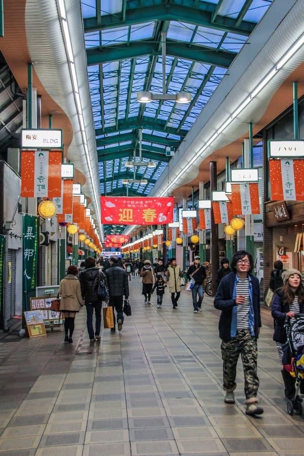 Touristes et gens du pays marchant dans le centre commercial Intérieur de fête de centre commercial photos stock