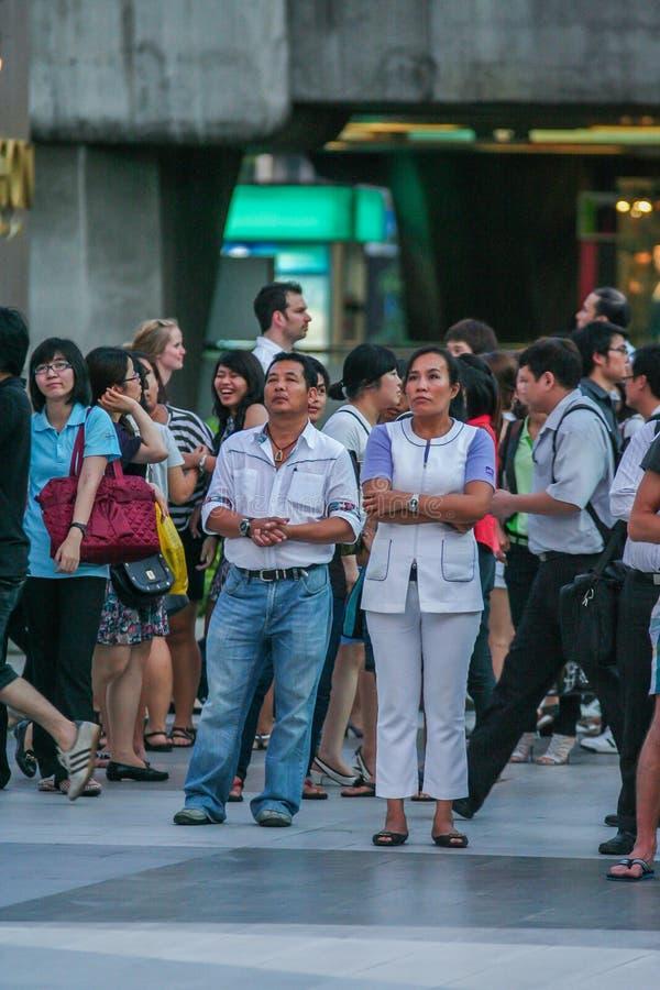 Touristes et gens du pays observant la diffusion en direct sur l'?cran sur la rue du mariage de prince William et Kate Middleton photos libres de droits
