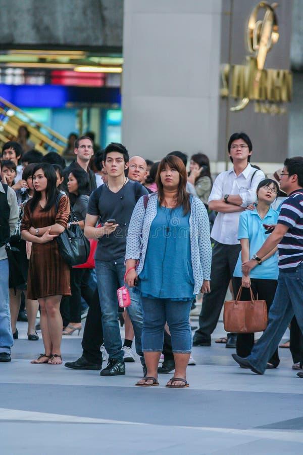 Touristes et gens du pays observant la diffusion en direct sur l'?cran sur la rue du mariage de prince William et Kate Middleton photo libre de droits