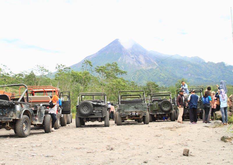 Touristes et jeeps sur le point de vue au volcan de Merapi image stock
