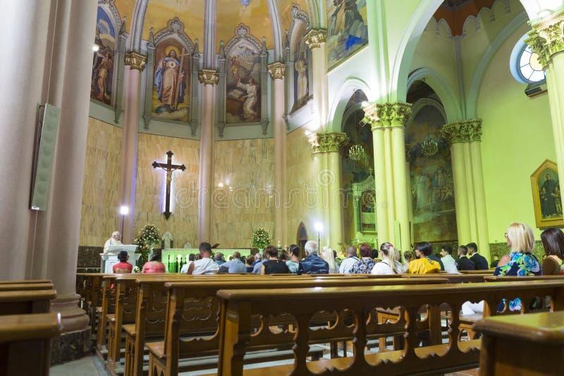Touristes et personnes locales à la masse de dimanche dans l'église du rédempteur saint photos stock