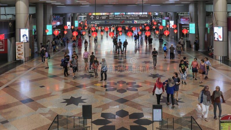Touristes et personnes locales dans la station de Sentral sur Kuala Lumpu, le hub principal de transport dans la capitale malaisi photo libre de droits