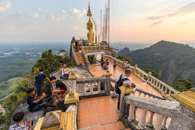 Touristes et personnes locales sur la crête de montagne sur le territoire de Wat Tham Seua Tiger Cave photographie stock libre de droits