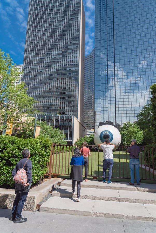 Touristes et résidents locaux prenant une photo avec Giant Eyeball dans le centre de Dallas, Texas image libre de droits