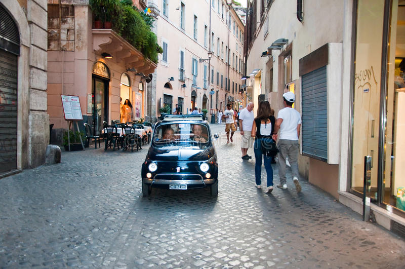 Touristes et trafic sur la rue étroite en août 6,2013 à Rome, Italie. photos stock