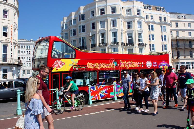 Touristes et vue voyant l'autobus, Brighton, le Sussex, Angleterre image stock