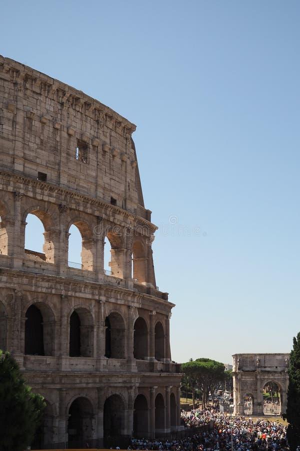 Touristes faisant la queue pour le Colosseum à Rome, Italie image stock