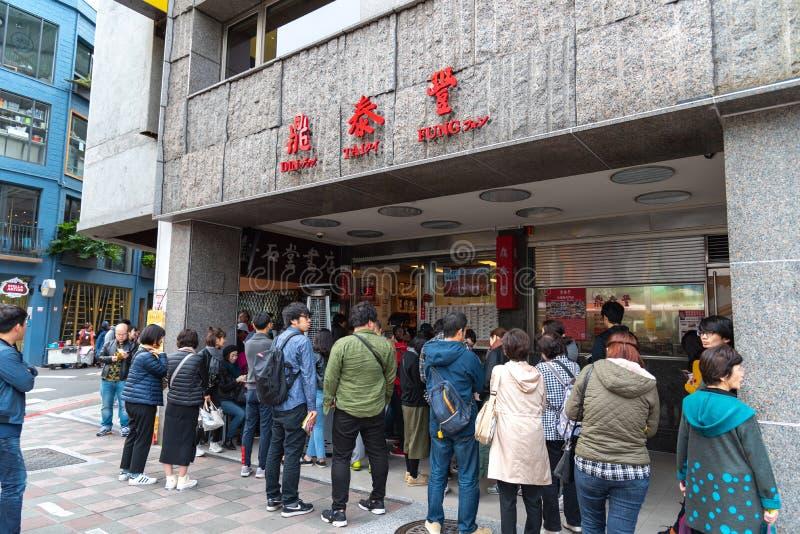 Touristes faisant la queue sur le restaurant original de magasin principal de Tai Fung de vacarme images libres de droits