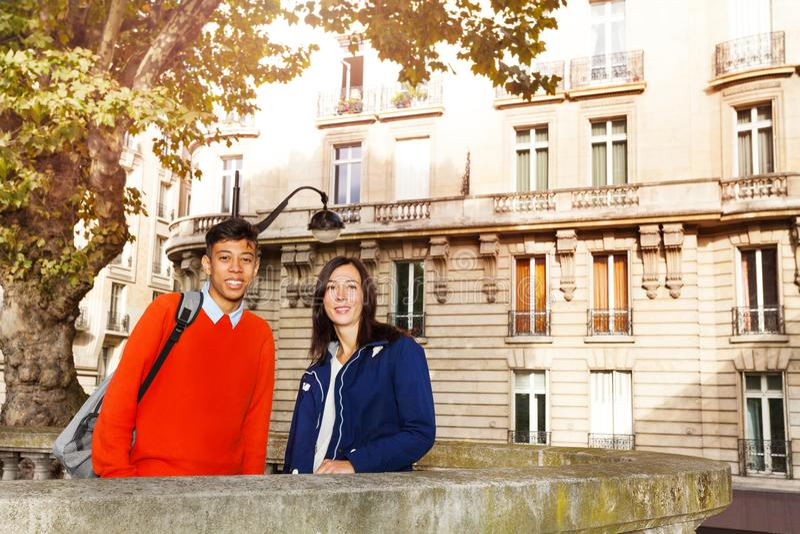 Touristes heureux appréciant des vacances à Paris photos libres de droits