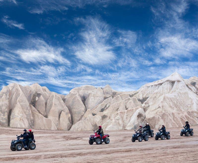 Touristes heureux appréciant un tour de vélo de quadruple dans Cappadocia, Turquie photo stock