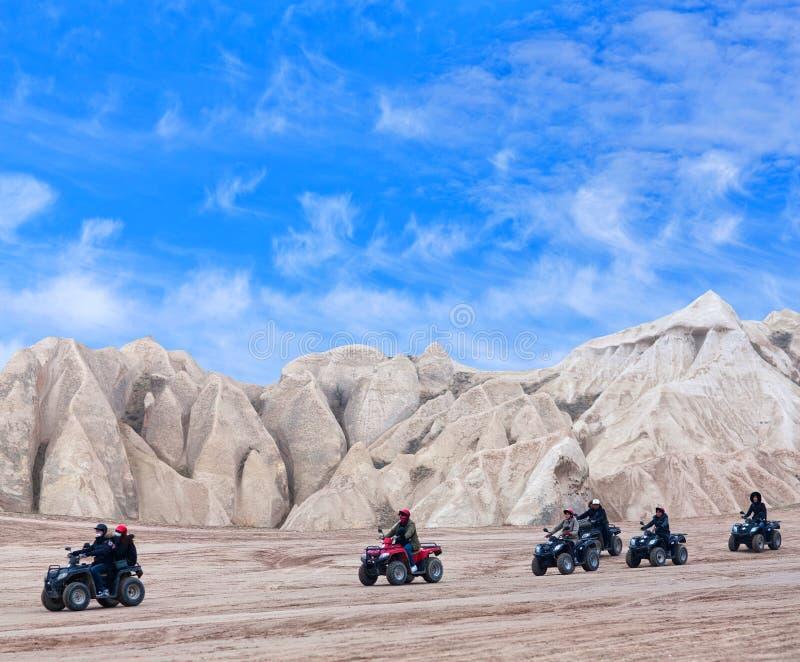 Touristes heureux appr?ciant un tour de v?lo de quadruple dans Cappadocia, Turquie photo stock
