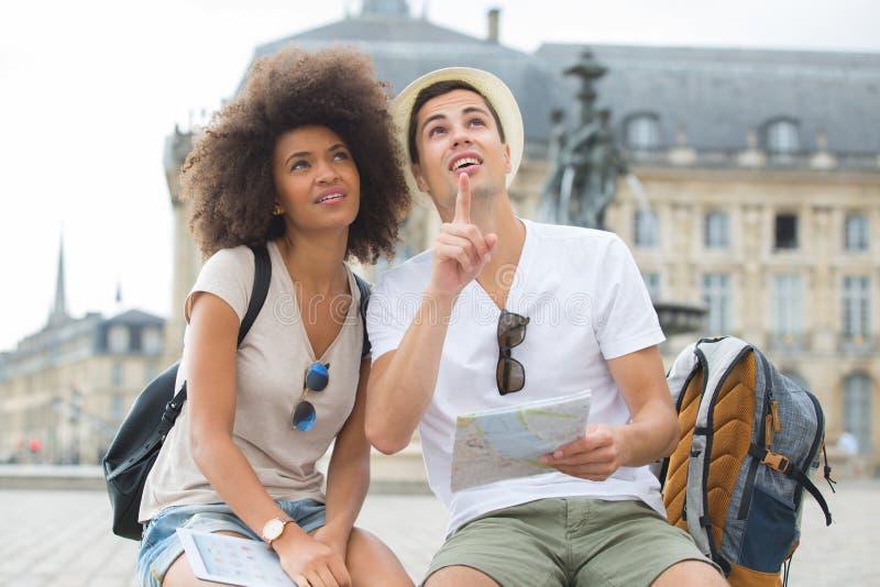 Touristes heureux avec la ville guidée de carte images stock