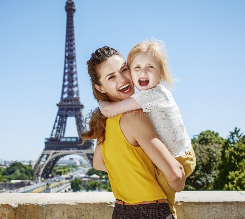 Touristes heureux de mère et d'enfant étreignant tandis qu'à Paris, France images stock