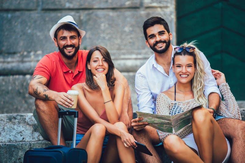 Touristes heureux visitant le pays dans la ville photo stock