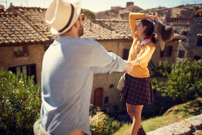 Touristes homme et femme chez l'Italie visitant Toscane photos libres de droits