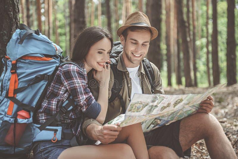 Touristes inspirés se préparant au voyage photos libres de droits
