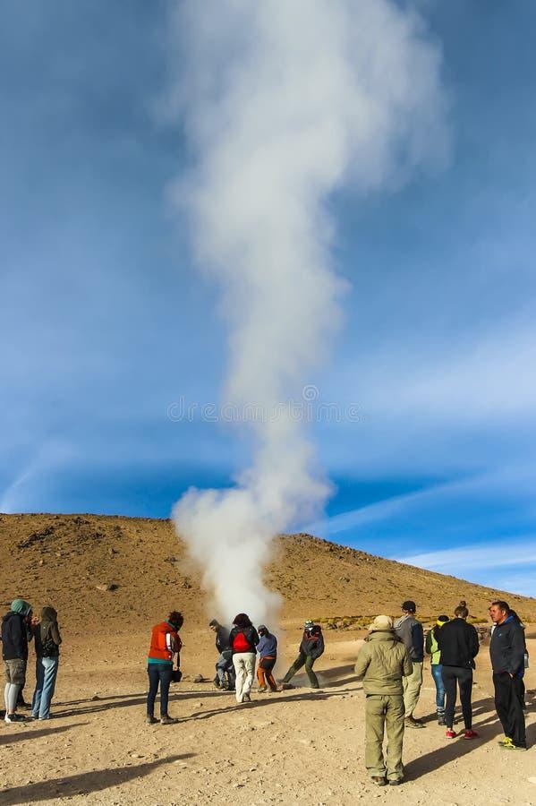 Touristes jouant au-dessus d'un geyser chez Sol de Manana photographie stock