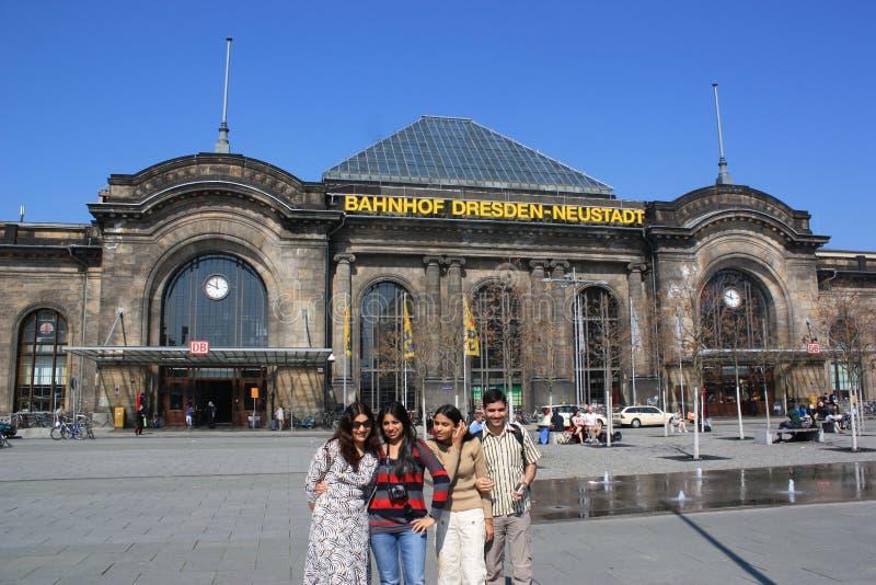 Touristes ? la station de train de Dresde, Allemagne images libres de droits