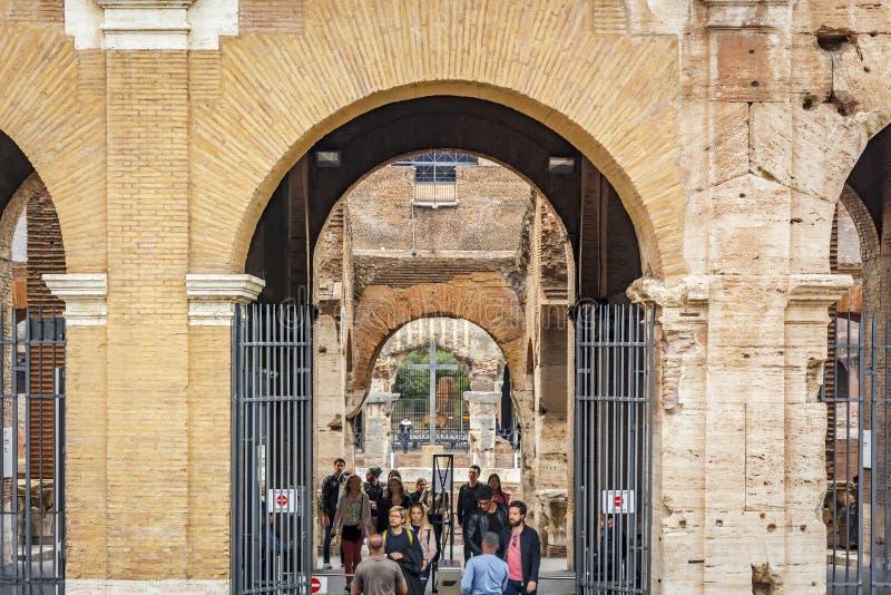 Touristes laissant le Colosseum à Rome de la sortie principale image stock
