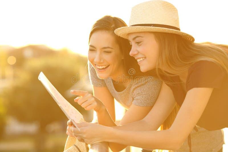 Touristes lisant une carte dans un balcon photos stock