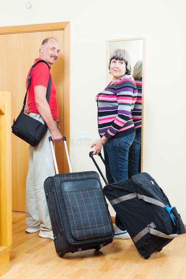 Touristes mûrs avec le bagage près de la porte image libre de droits