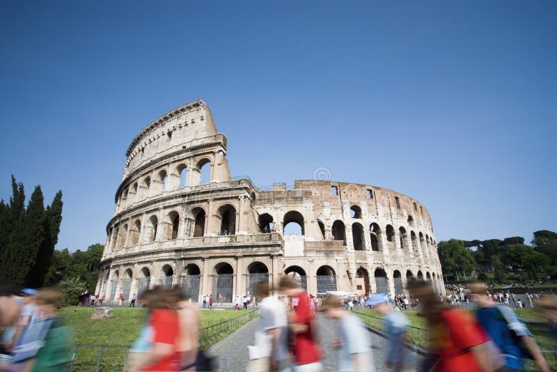 Touristes marchant après le Colosseum photographie stock