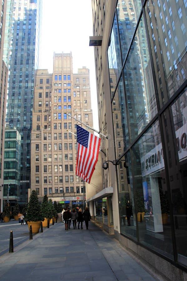 Touristes marchant après les fenêtres, où 'Good Morning America' est attaché du ruban adhésif, région de Times Square, New York,  image libre de droits