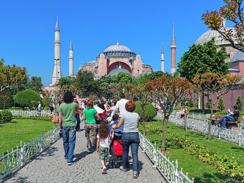 Touristes marchant au Hagia Sophia à Istanbul, Turquie photos stock