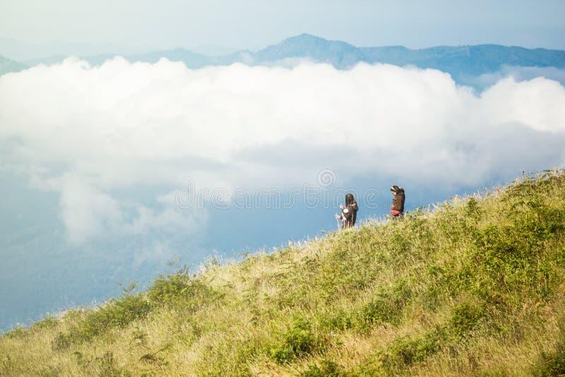 Touristes marchant dans le pré en montagnes à la casserole de mae de kew, chia photographie stock