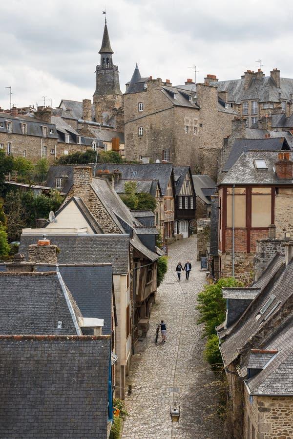Touristes marchant par la vieille rue médiévale image libre de droits