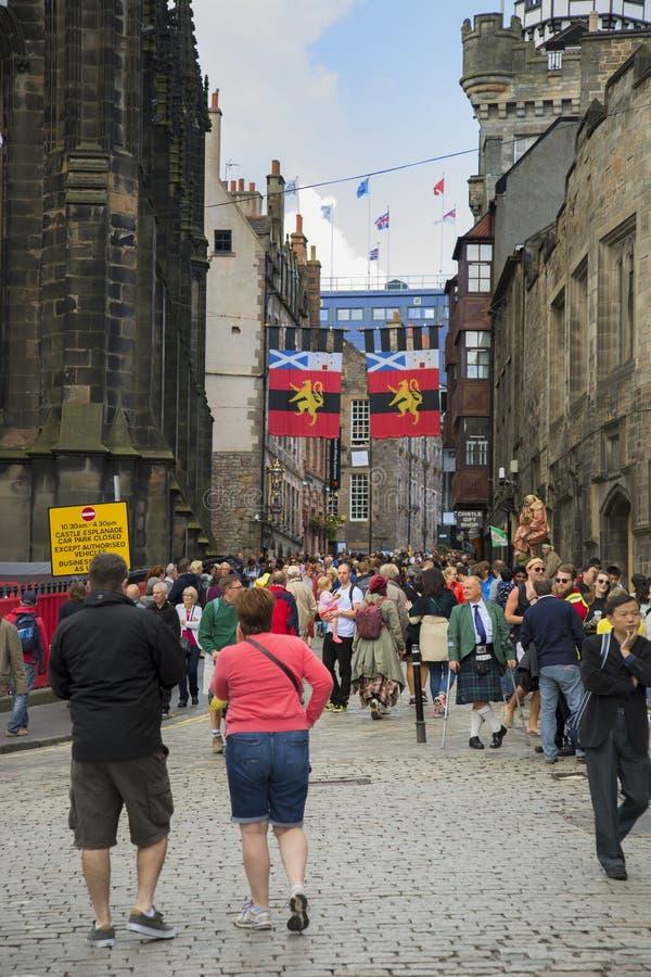 Touristes marchant pendant le festival de frange, Ecosse photographie stock