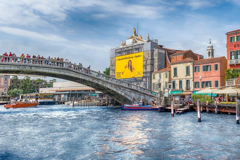 Touristes marchant sur le degli Scalzi de Ponte ? Venise, Italie image stock